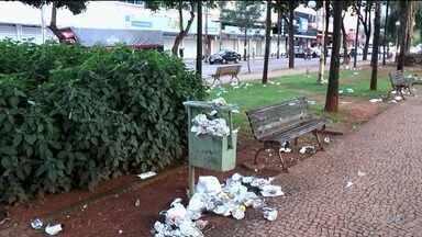 OVG distribui marmitas, mas embalagens são jogadas no chão em Goiânia - Avenida Goiás ficou tomada por lixo.