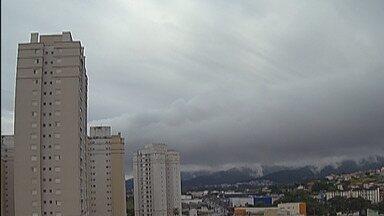 Previsão do Tempo: Sol entre nuvens devem aparecer no Alto Tietê - Instabilidade causa chuva e garoa na maior parte desta terça-feira (17).