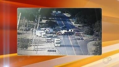 Acidente entre caminhão e ônibus deixa feridos na BR-153 na região - Um acidente entre um caminhão e um ônibus deixou pessoas feridas na manhã desta terça-feira (17) na Rodovia BR-153, no trevo de Castores, distrito de Onda Verde (SP).