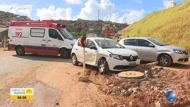 Acidente deixa duas pessoas feridas na Avenida Gal Costa, em Salvador - Profissionais do Samu socorreram as vítimas.