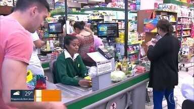 Supermercados estão mais cheios na capital - Clientes estão buscando mais produtos de higiene como álcool gel.