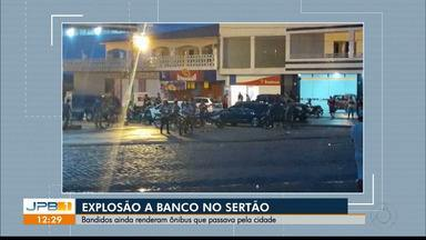 Banco é explodido em ação de assaltantes em Piancó - Bandidos ainda assaltaram ônibus que passava pela cidade.