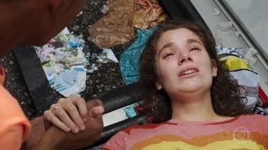 Meg sente muita dor enqunanto espera por socorro - Serginho faz de tudo para tranquilizar a amiga e pede que alguém a socorra