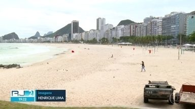 Turistas encontram pontos turísticos fechados e ruas vazias no Rio - As praias permaneceram vazias na tarde desta terça-feira (17).
