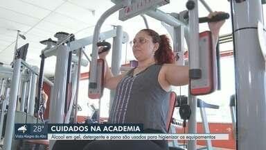Álcool em gel e detergente ajudam na higiene de academias em Ribeirão Preto, SP - Alunos têm tomado cuidados extras para manterem o treino em dia.