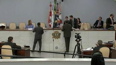 Reajuste dos salários de servidores é discutido na Câmara de Rio Preto - A sessão da Câmara de São José do Rio Preto, desta terça-feira (17), discutiu o reajuste dos salários dos servidores municipais e o aumento da contribuição dos servidores para o fundo da previdência.