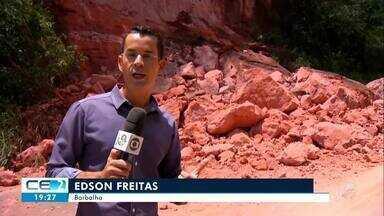 Deslizamento de rochas na CE-060 provoca transtornos no trânsito - Confira mais notícias em g1.globo.com/ce