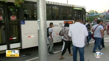 Passageiros enfrentam problemas nos ônibus e no BRT para o combate ao coronavírus - As reclamações incluem janelas fechadas, filas que provocam aglomerações e lotação que acaba deixando os passageiros muito próximos uns dos outros.