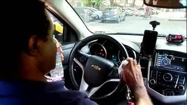Motoristas de aplicativos e taxistas mostram como estão se prevenindo contra o coronavírus - Circulando para levar passageiros, eles higienizam celulares, volante, freio de mão e marcha, por exemplo.
