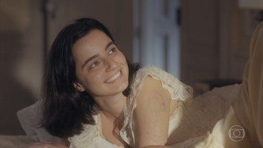 Adelaide desenha com Justina - Ela diz estar feliz porque a mãe começou a fazer terapia