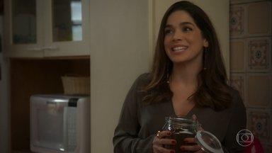 Micaela procura Bruno para dizer que não demitiu o rapaz - Bruno se assusta ao receber Micaela em casa