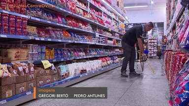 Comércios limitam itens por consumidor e limitam horários para grupo de risco - Confira o comentário de Giane Guerra.