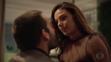 Sandro e Betina comemoram o sucesso do evento - Os dois se beijam e se entregam à paixão. No dia seguinte, Sandro leva café na cama para a amada