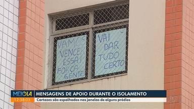 Mensagens de apoio durante o isolamento social - Cartazes são espalhados nas janelas de alguns prédios.