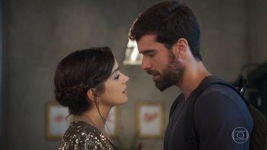 Micaela agradece o apoio de Bruno - Os dois quase se beijam, mas Vicky os interrompe