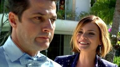 Vanessa provoca Crô - A universitária brinca com o tio e diz que um dia Tereza Cristina ainda vai matá-lo