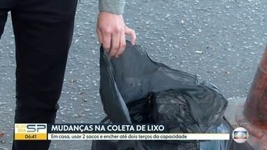 Prefeitura de SP determina mudanças no descarte de lixo - Em casa, usar dois sacos de lixo e encher até dois terços de sua capacidade.