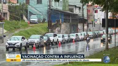Idosos enfrentam fila para serem vacinados contra a gripe no Quinto Centro, nesta quarta - Campanha foi antecipada para este mês a fim de evitar a aglomeração de pessoas e a disseminação do novo coronavírus.