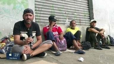Veja como estão sobrevivendo as pessoas em situação de rua em tempos de coronavírus - Na capital, pessoas tentam vagas em abrigos para passar a noite e contam que beliches são todas próximas uma das outras.