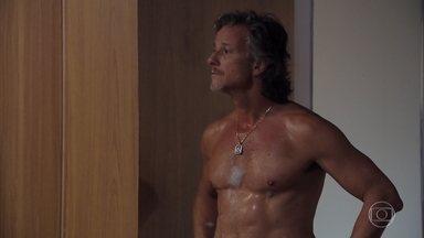 Max se recusa a contar para Carminha onde escondeu o dinheiro de Nina - Os amantes se divertem no motel de luxo