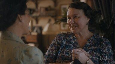 Genu conta que Lili e Marcelo se casaram e que Durvalina mora com eles - Inês avisa que precisam ir e Lola entrega Leon para Lúcio