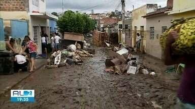 Cheia dos rios causa estragos em Santana do Ipanema e deixa famílias desabrigadas - Choveu acima da média na noite de quarta (25).