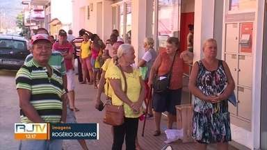 Duque de Caxias segue com comércio e espaços públicos cheios em meio ao coronavírus - Idosos estão em filas, praças estão cheias, comércio estão abertos e pessoas continuam transitando.