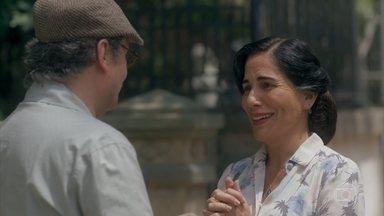 Afonso revela que comprou a antiga casa de Lola - Lola se emociona com o gesto do marido. Genu confessa à amiga que sabia da surpresa de Afonso, mas guardou segredo. Virgulino avisa que a mãe de Lola não está bem