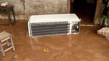 Córrego transborda, inunda casas e moradores perdem móveis e geladeira em Anápolis - Moradores perderam eletrodomésticos e móveis.