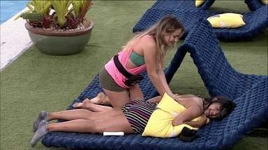 Gabi faz massagem em Flayslane - Gabi faz massagem em Flayslane