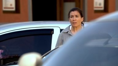 Griselda vê Antenor dirigindo um carro importado - Rafael empresta o carro de Juan para Antenor
