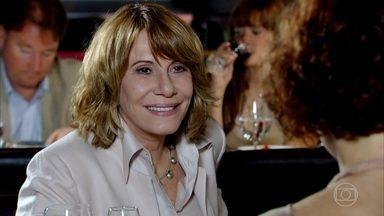 Esther e Danielle se encontram no Le Velmont - Tereza Cristina chega ao restaurante e decide se sentar à mesa com a cunhada e a médica