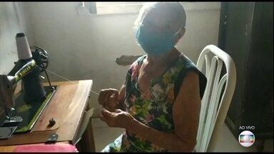 Costureira de 87 anos do interior do Maranhão faz máscaras para distribuir entre vizinhos - Do Maranhão - do município de Santa Quitéria - vem o exemplo da dona Bernarda, de 87 anos. Ela resolveu, junto com a neta, usar o talento que tem na costura para fazer máscaras para os vizinhos idosos que, como ela, estão no grupo de risco.