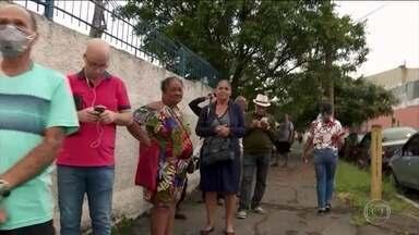 Pacientes pegam fila pra conseguir remédios de alto custo em São Paulo - Mais de duzentas pessoas ficaram horas à espera do atendimento numa unidade de saúde na zona leste da cidade. O Governo do Estado disse que lançou um aplicativo pra marcação da retirada dos medicamentos e com isso evitar aglomerações.