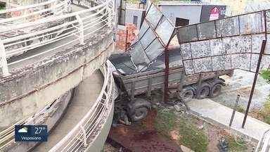 Caminhão atinge passarela em BH - Motorista contou que tentou desviar de carros que estavam parados.