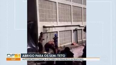 Autódromo de Brasília começa a receber moradores sem-teto - Um termo de cooperação emergencial foi firmado entre o GDF e o Instituto Tocar, ONG que vai assumir o espaço. O contrato custou R$ 2.394.837,70 ao governo. O Autódromo deve abrigar até 200 pessoas durante a pandemia do coronavírus.