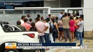 Goianos se aglomeram na porta da Receita Federal para regularizar CPF - Benefício do governo federal será pago por três meses. Trabalhadores chegaram a ficar mais de 4h na fila.