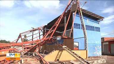 Teto de quadra poliesportiva desaba em Santa Luzia - Por pouco, o acidente não provocou uma grande tragédia.