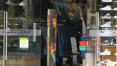 Apesar da recomendação estadual, Farroupilha autoriza reabertura do comércio - Consumidores têm a temperatura testada antes de entrar nas lojas.