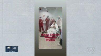 Paciente cubatense se recupera de Covid-19 em hospital de São Paulo - Momento que ele sai após recuperação foi registrado, e equipe médica comemora superação.