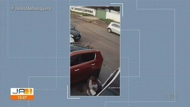 Vídeo mostra furto de retrovisor em Goiânia - Na imagem, um homem para ao lado de uma caminhonete e arranca a peça.