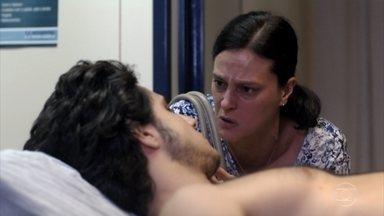 Janaína pressiona Lúcio - Ela pergunta se o filho está sendo sustentado por Carminha e faz um alerta sobre o perigo que ele está correndo