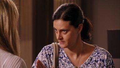 Janaína enfrenta Carminha - Ela pede demissão e diz que sabe que o filho está envolvido com a vilã, e que Max tentou matá-lo