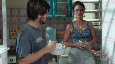 Rosângela diz a Jonatas que Eliza é uma pessoa especial - Enquanto os dois conversam na cozinha, a menina se diverte com os irmãos de Jonatas