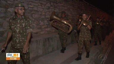 Exército vai às ruas alegrar com muita música as pessoas em isolamento social - Após a Ronda do Bairro, Polícia Militar e Bombeiros, foi a vez do exército soltar a voz em um exemplo de solidariedade.