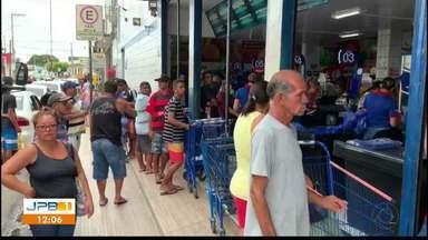 Veja como foi o movimento em supermercados do estado nesta sexta-feira - Compra de peixe para o feriado da Semana Santa.