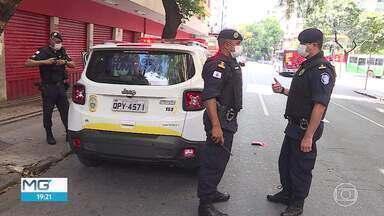 Loja de departamento é fechada pela Guarda Municipal no centro de BH - Denúncia foi feita pelo número 153 e fiscalização encontrou aglomeração de pessoas dentro e fora do estabelecimento.