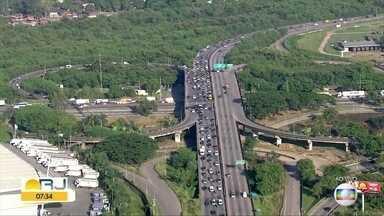 Fiscalização causa congestionamento na Rodovia Washington Luiz nesta terça (14) - Blitz fiscaliza vans e ônibus lotados que circulam na Washington Luiz. É proibido transporte de passageiros de outros municípios,