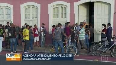 Agência do Trabalho retoma atendimento presencial e tem aglomeração no Recife - Atendimento é feito por meio de agendamento prévio para respeitar as medidas de isolamento social.