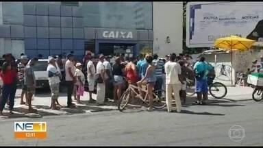 Agências da Caixa no Grande Recife têm filas e aglomerações de clientes - Superintendente do banco dá orientações para recebimento do auxílio de R$ 600 e explica o que tem sido feito para evitar situações como essa.